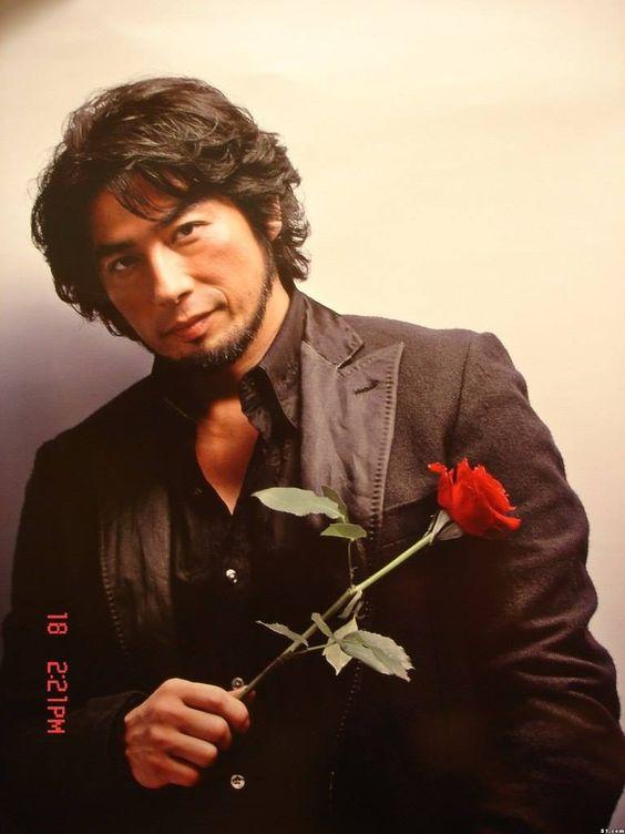 バラを持っている真田広之