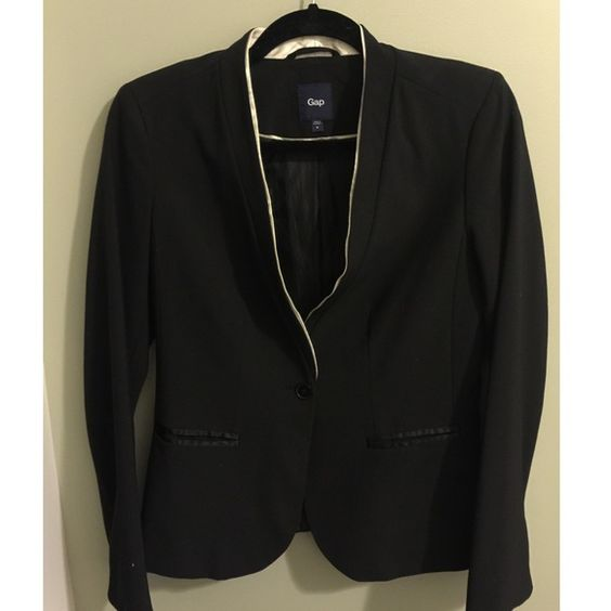 Gap Tuxedo Style Blazer size 4 Worn a bunch of times, perfect to pair with a dress or pants. I'm not interested in trades, opening a Mercai account or doing a paypal transaction. Enjoy 💖 GAP Jackets & Coats Blazers