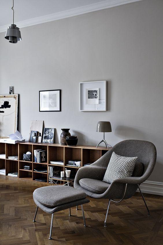 Diverse tonalità di grigio, più chiare sulle pareti e più scure sugli oggetti e sui tessuti, si adattano meravigliosamente ad un parquet rovere naturale.