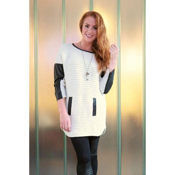 bij www.miss-p.nl, Lange beige gebreiden trui met stukken kunstleer op de mouw en rond de hals.