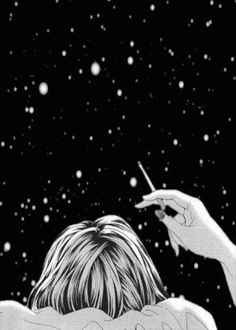 Observando as estrelas e fumando um cigarro para relaxar.