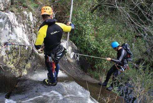 Seguir o curso de um rio em garganta, a pé, a nado e com a ajuda de técnicas como o rappel, a isto se chama canyoning. Canyoning com a DNA por apenas 22€ em vez de 44€! - Descontos Lifecooler