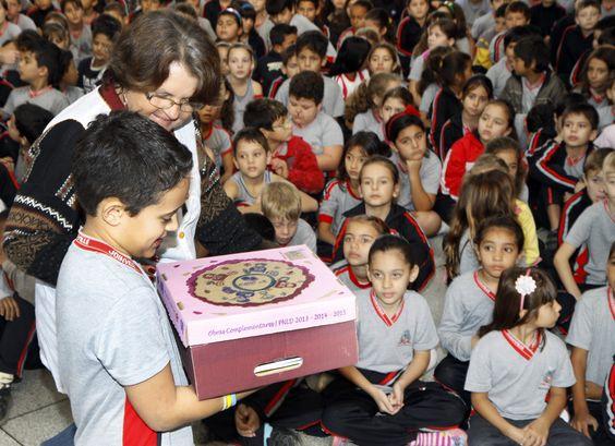Escola Hans Dieter Schmidt recebe livros do Pacto Nacional Pela Alfabetização na Idade Certa (PNAIC)
