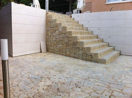 Escalinata en urbanización de vivienda unifamiliar aislada en piedra. San Juan de Alicante. Estudio de arquitectura CANOGARCIA