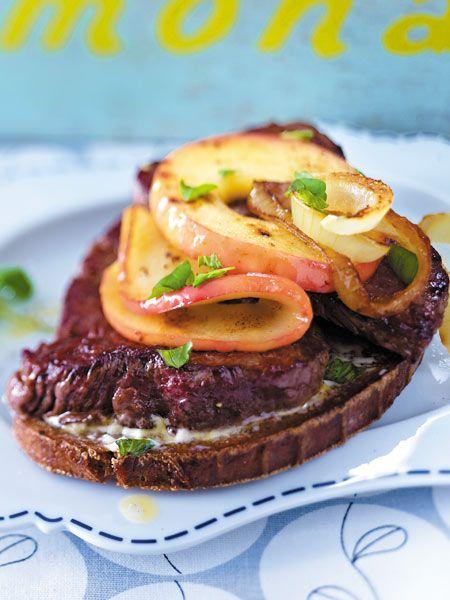 Hier kommen Äpfel auf einer herzhaft belegten Stulle mit Steak ganz groß raus. Richtig gut wird's durch die gebratenen Zwiebeln on top.