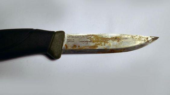 Vous gardez plein de vieux couteaux tout rouillés dans votre cuisine ? Ne vous en débarrassezpas encore ! Voici une astuce pour enlever la rouille de la lame et lui rendre une seconde jeunesse. Vous