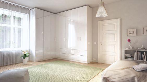 Der maßgefertigte Eck-Kleiderschrank von deinSchrank.de reicht bis zur Decke, sodass der Raum bis auf den letzten Zentimeter genutzt werden kann.