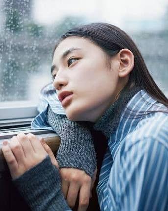 どこかを見る八木莉可子