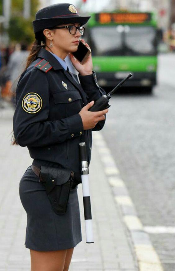 電話をする警官