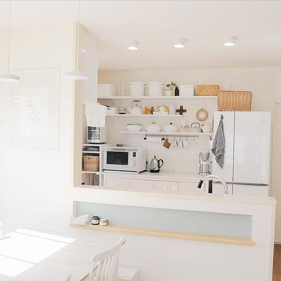 #キッチン  特にお金かかってないキッチンだけど、 大好きだからここはいつも綺麗にしておく。 *  家族の健康を守る場所。 物が定位置に収まり、並んだ姿。 今すぐにでも快適に料理に取り掛かれまっせと言う状態♡ *  色んな方のキッチン探訪も大好物で、 さらに、そこで持ち主が作業する後ろ姿なんかを見れたら最高です…♡ 幸せホルモンが出てる。 *  どうでもいい変態話でした *  今日はいいお天気で明るい✨ *