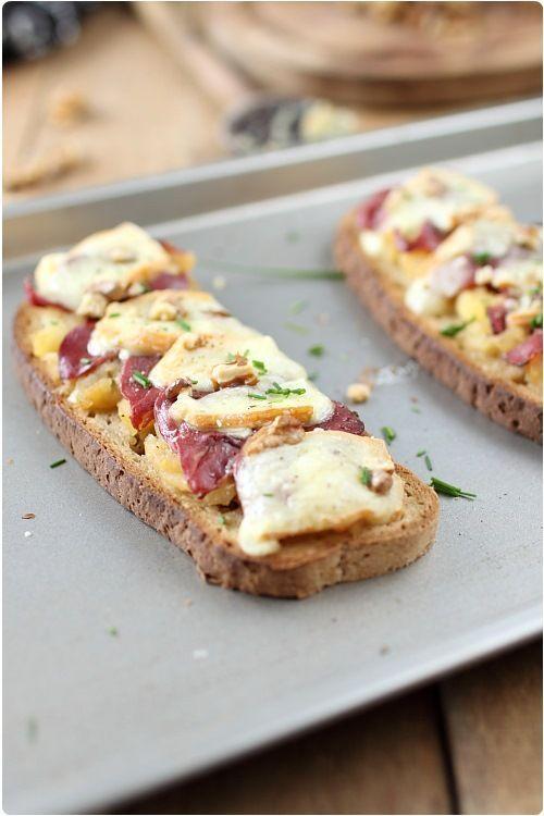 Tartines de pommes au magret de canard et maroilles avec une salade pour un repas du soir ;)