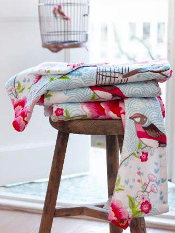 Handtücher und Duschtücher mit floralen Mustern, 14/28 €.