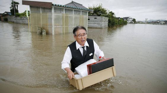 Imagens da grande enchente mostram o drama de algumas pessoas no Japão