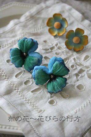 白い布を手染めしてグリーンブルーのパンジーを咲かせました。それをイヤリングに加工しました。大きめですが、布ですので軽くできております。注:5枚目のお写真は色違... ハンドメイド、手作り、手仕事品の通販・販売・購入ならCreema。
