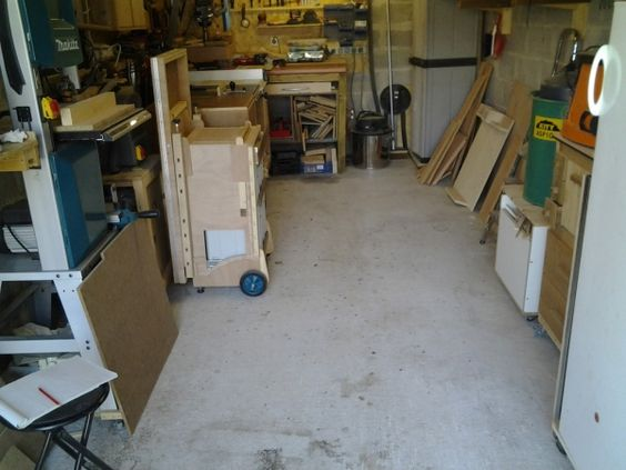 Cet atelier se trouve dans un garage de 18m², la modularité est indispensable dans cet espace réduit, mais je me plain pas, je sait qu'il y a pire. A ce jour ma table de sciage défonçage n'est pas encore...