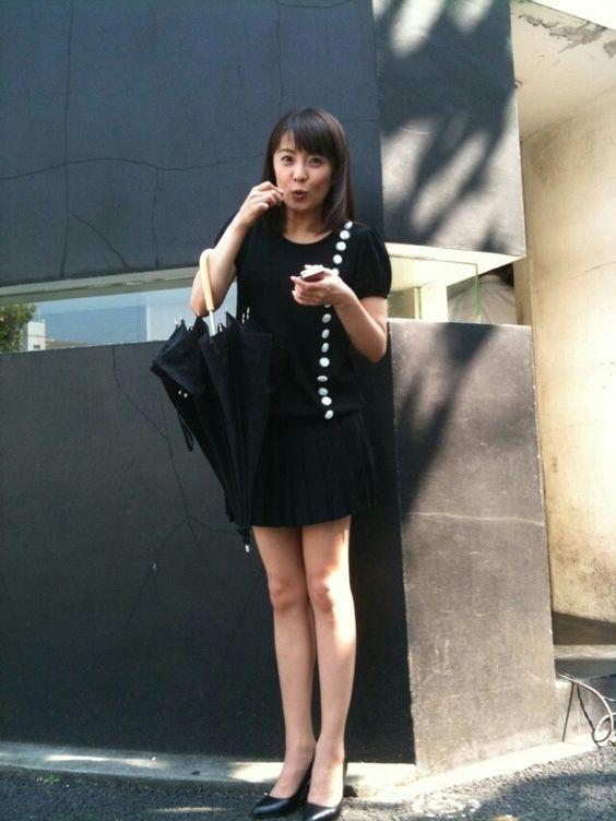 黒色コーデの小林麻耶