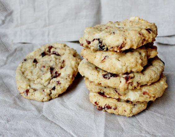 Cookies mit weißer Schokolade, Cranberries und Haferflocken