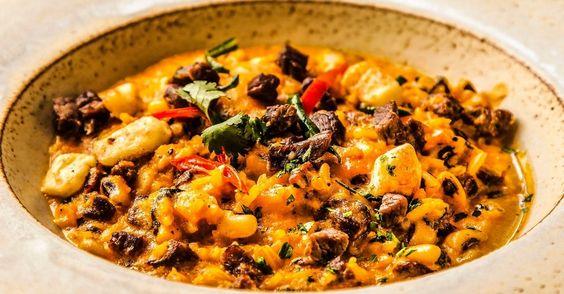 O Rubacão Paraibano é um prato à base de arroz, feijão verde, carne de sol, queijo coalho e nata. Clique no MAIS para ver a receita