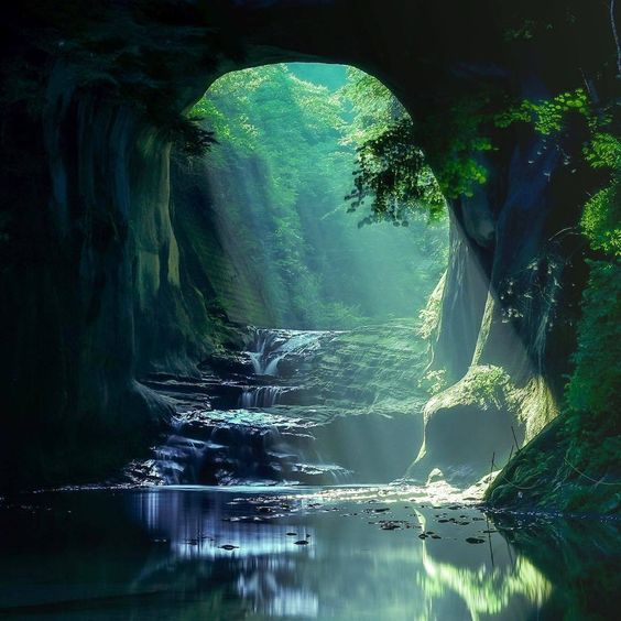あまりにも神秘的なジブリの世界都内から1時間の秘境濃溝の滝に息をのむ
