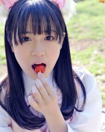 サクランボを食べる奥仲麻琴