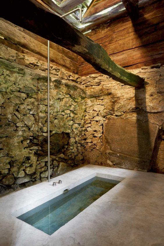 atenção às paredes e ao tetcto 200-year-old House with Renovated Concrete Interior