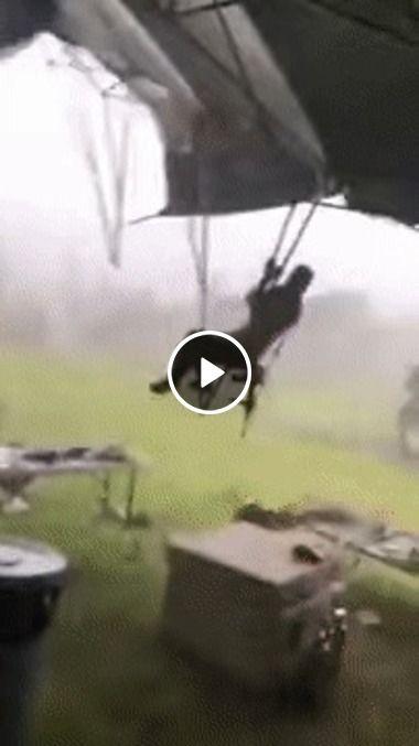 Homem segura tenda e não suporta a ventania.