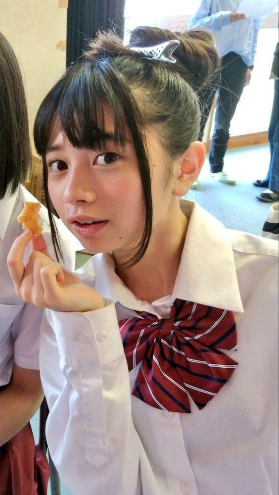 お菓子を持っている桜田ひより