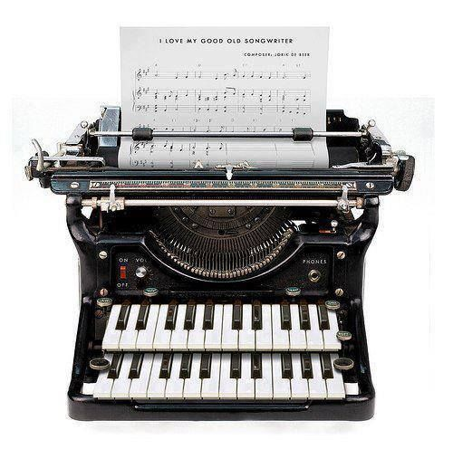 "Si existiera habría que incluirla como ""songwriter"" ;-) #musica #songwriter #typewriter #maquinadeescribir #partituras #score"