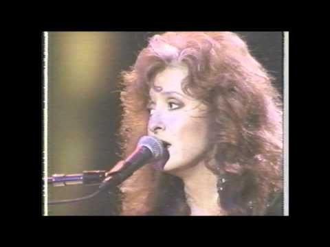 BONNIE RAITT performs CANDY MAN.wmv