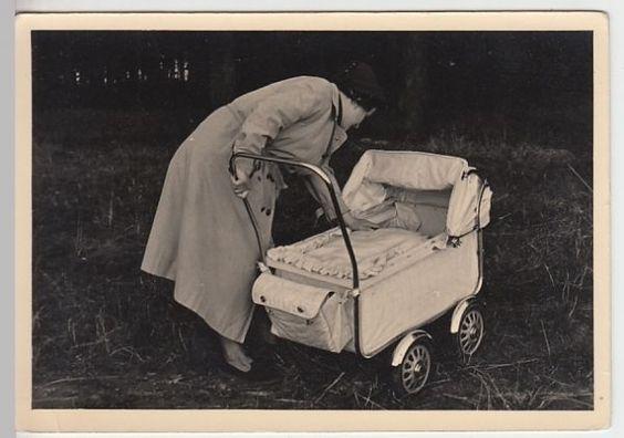 (F434) Original Foto Mutter mit Kinderwagen, ca. 1960er