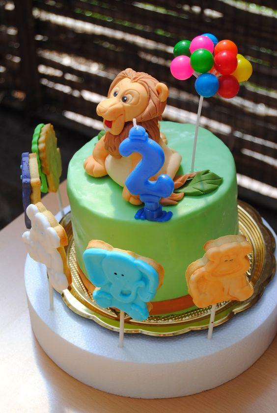 """torta """"zoo"""": torta di compleanno rivestita di pdz con Leone Cake Topper + girotondo di animaletti (biscotti decorati) http://3gufettisulcomo.blogspot.it/2014/03/compleanno-allo-zoo.html"""