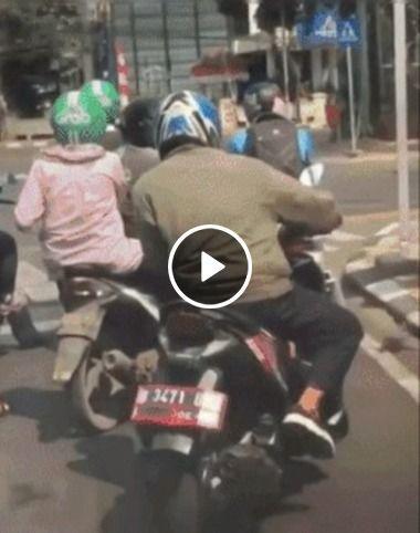 Motoboy que não bota pé no chão quando para