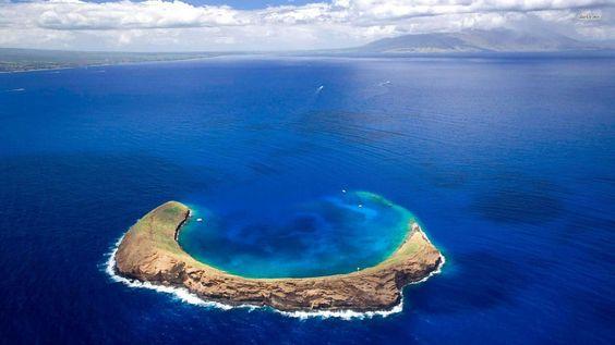 Molokini, a cratera vulcânica em forma de lua crescente localizado a menos de três milhas da costa de Maui