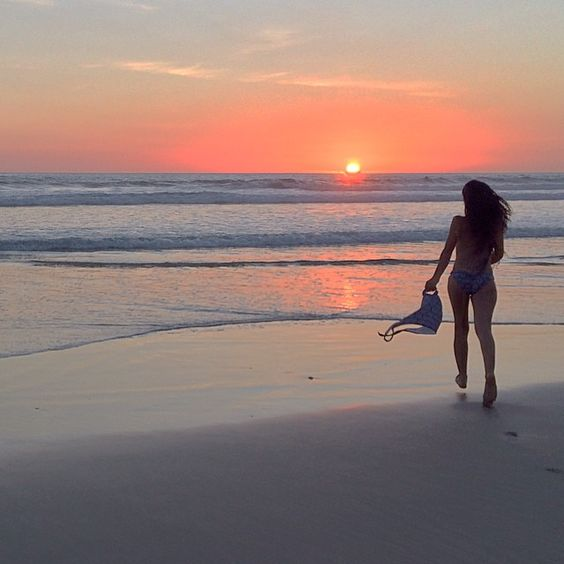 #friyay! You're allowed to take your #vandazzz #surfkini top off only when it gets dark on the #beach and noone can admire our #puravida #prints! ✌️ #beachbound #summer #surf #sunset #freedom #pacificocean  Behind the scenes our #CostaRica #collection photoshoot