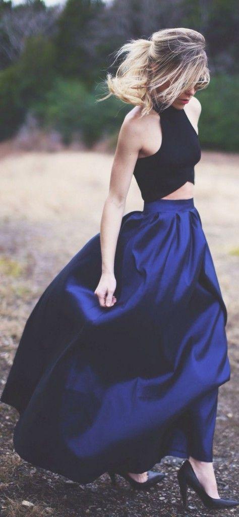 maxi jupe fluide en soie bleu nuit et crop top croisé noir