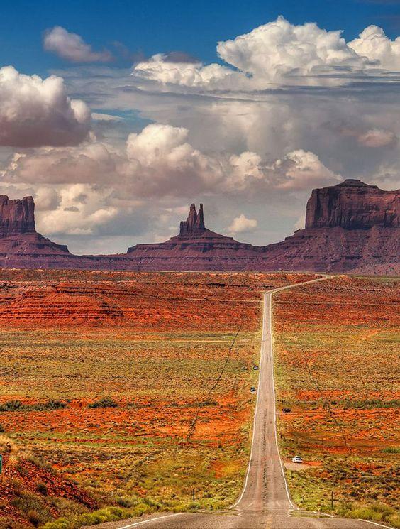La route de Monument Valley, Arizona - USA  -Monument Valley, rêve de tout amateur de grands espaces, d'american life et de grand ouest. C'est par la route US163 que l'on rentre dans ce haut lieu touristique célèbre pour ses buttes et ses amas rocheux aux teintes orangées. Au programme, une langue de bitume sans fin traversant la vallée désertique qui plaira à coup sûr à ceux qui se rêvent en cowboy moderne.