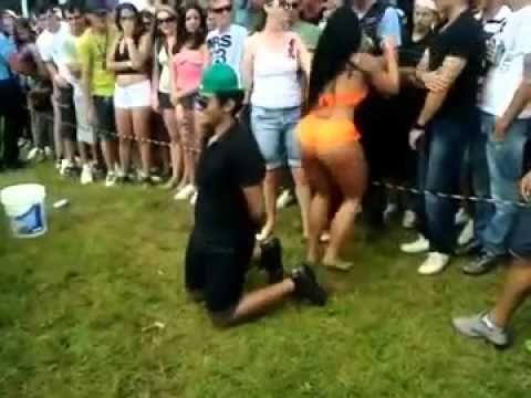 Rapaz leva porrada da namorada - http://www.jacaesta.com/rapaz-leva-porrada-da-namorada/