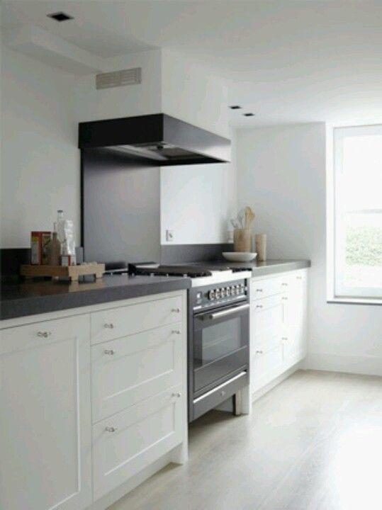 Moderne keuken met donker blad en witte kastjes. grote oven ...