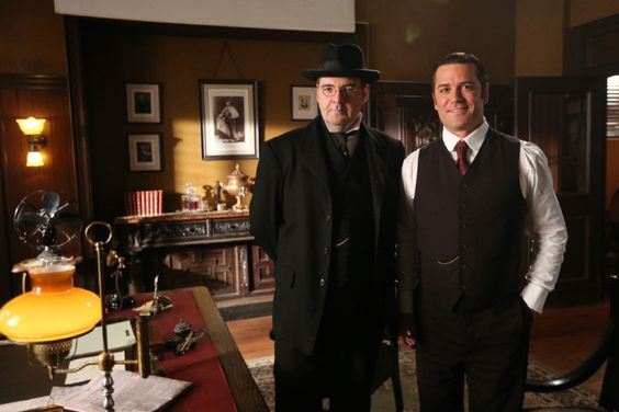 When he's not watching Frasier in the mornings, Brendan Coyle can usually be found catching an episode or two of CBC's Murdoch Mysteries at home in England. Coyle is best known to Downton Abbey fans Et pour rejoindre le groupe de fans francophone htt...