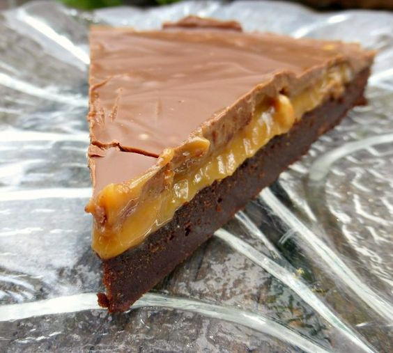http://www.theculinaryjumble.com/2016/10/11/chocolate-and-salted-cashew-caramel-brownie-cake/ | i am baker | Bloglovin':