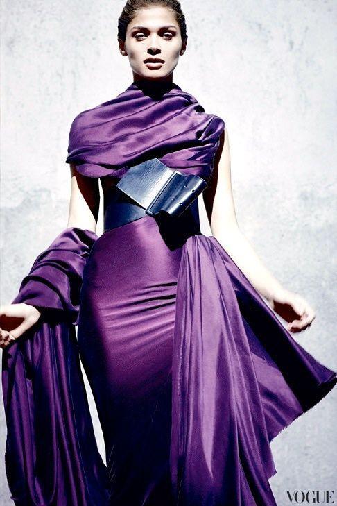 Gedecktes Violett (Farbpassnummer36) ist eine Farbe die auch im Outfit polarisiert. Sie signalisieren  damit, sich abgrenzen und auffallen zu wollen. Violett lässt sich allerdings gut kombinieren. Als Einzelfarbe wirkt Violett geheimnisvoll oder gar magisch und ist deshalb besonders beliebt in der Abendgarderobe. Kerstin Tomancok Farb-, Typ-, Stil & Imageberatung