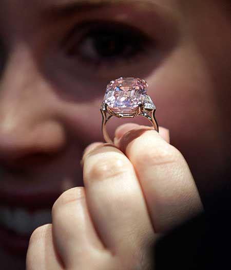 Diamante Rosa Intenso - 2º lugar entre as jóias mais caras do mundo - 24,78 quilates, vendido em2010 p US$46,1milhões em Genebra,Suíça.  Lefteris Pitarakis/25.10.2010/AP