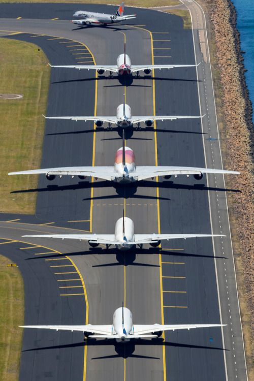 並んでいる飛行機