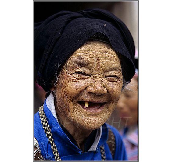 Einzahnige Freude wurde in China, Yunnan aufgenommen und hat folgende Stichwörter: Freude, Menschen, alt.