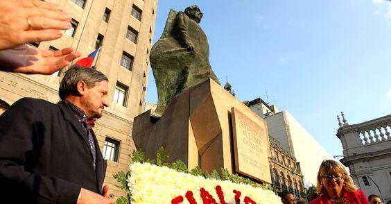 25/JAN/2013 - CHILE - Parlamentares europeus, como o espanhol Willy Meyer (à esquerda), do partido Esquerda Unida, e latino-americanos participaram de homenagem ao ex-presidente chileno Salvador Allende, nesta quinta-feira (24), em Santiago (Chile). O político socialista eleito em 1970 foi deposto e morto por militares em 11 de setembro de 1973, dando lugar à ditadura de Augusto Pinochet. Paolo Aguilar/Efe.