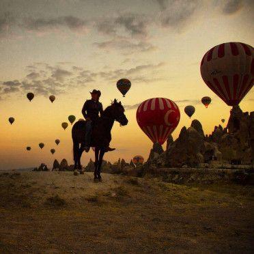 Turkije / Cappadocie , kamperen paardentrektocht. Wauw ! deze foto,s blazen je toch zo uit je teenslippers.Ik had al een aantal keren enthousiasten verhalen gehoord over Cappadocie maar dit komt to…