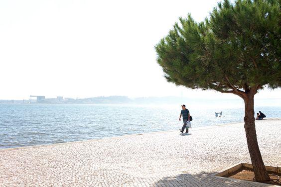Portugal im September und Oktober gehört wahrscheinlich zu einem der besten Reiseziele in Europa, um dem kalt-nassen Wetter im herbstlichen Deutschland zu entkommen. Daher freute ich mich, Lissabon und Umgebung bei sonnigen 26°C einen Besuch abstatten zu können. Nach 2 ½ Stunden Flug befand ich mich in Lissabon und nach einer weiteren halbstündigen Fahrt entlang der Atlantikküste schob ich in Cascais bereits den Vorhang zu meiner Terrasse beiseite, die den Blick auf eine wilde…