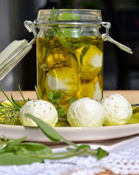 Geschmeidige Köstlichkeiten: Eingelegter Frischkäse aus griechischem Joghurt