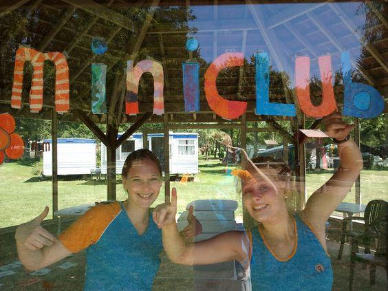 Zomerjobbers bij de miniclub van Camping Le Val de Bonnal