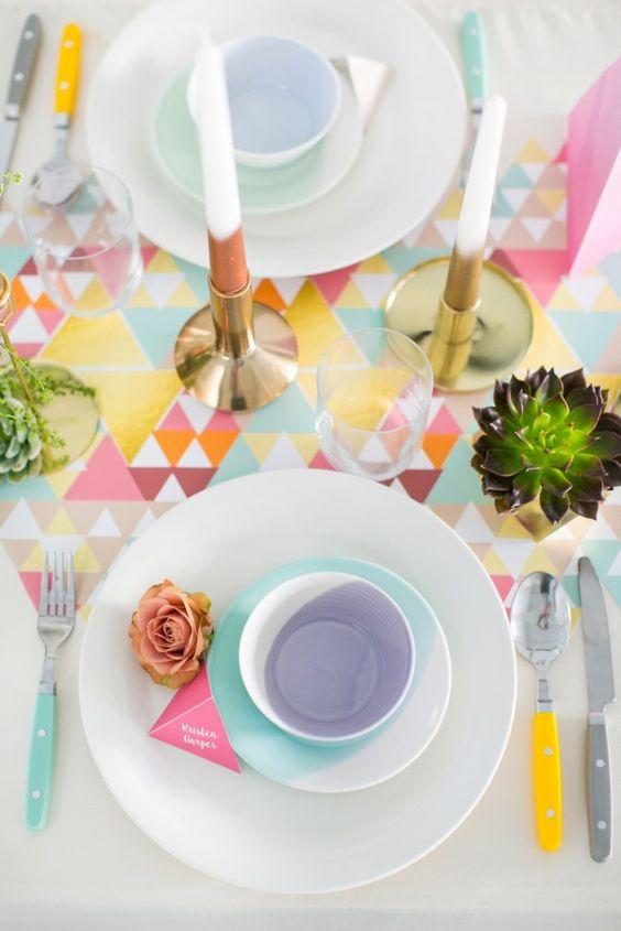 Nappe et vaisselle colorés aux formes géométriques
